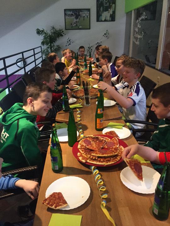 Soccer Center Osnabrück | Geburtstagsparty-Tisch mit Kindern